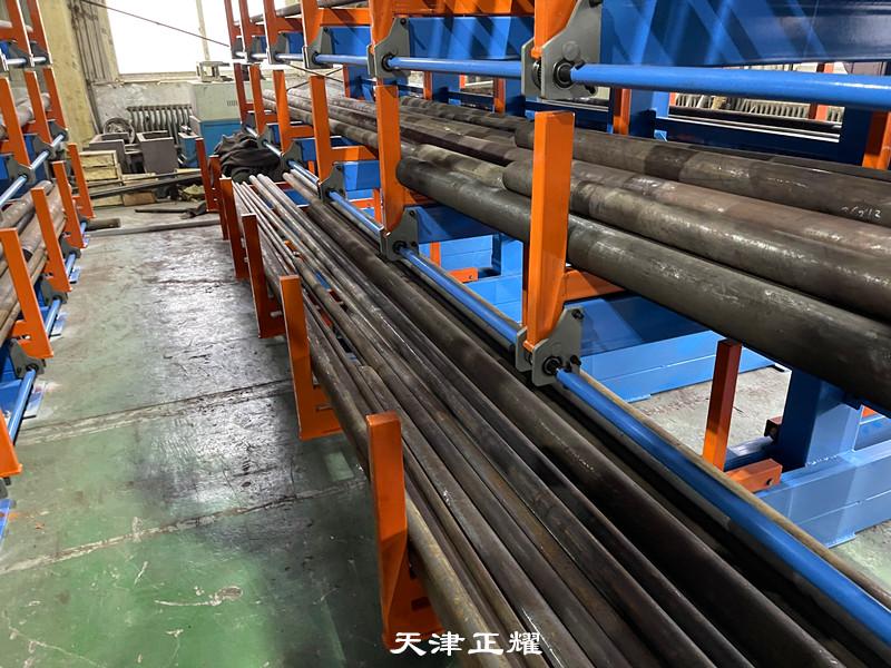 鋼材擺放地面很亂不方便使用管理鋼材貨架使用后效果很好