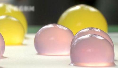 """文章1-59-环保""""塑料""""水球在马拉松赛事亮相.jpg"""